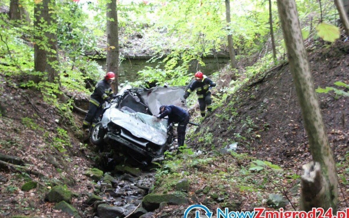 Auto spadło ze skarpy. Kierowca i pasażerka uwięzieni