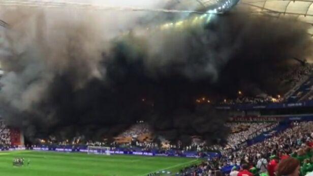 Chmury dymu podczas meczu Kontakt 24