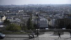Policjanci pilnują wejścia do zamkniętej  Bazyliki Najświętszego Serca na szczycie wzgórza Montmartre w Paryżu (PAP/EPA/JULIEN DE ROSA)